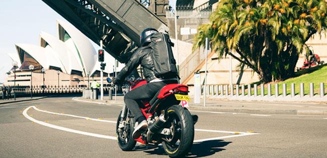 Mit dem Motorrad in die Oper? Kein Problem mit der Wingman-Tasche von Henty!